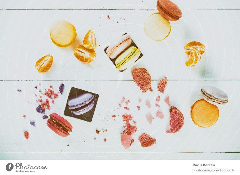 Französische Makronen mit Tangerine Slices auf hölzerner Tabelle Lebensmittel Frucht Orange Dessert Süßwaren Macaron Ernährung Frühstück Fastfood Tisch Essen
