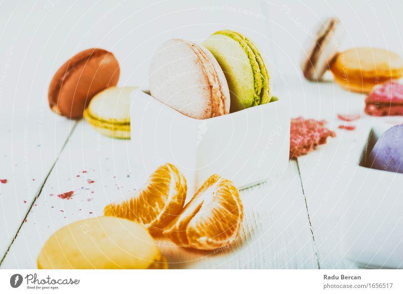Französische Makronen mit Tangerine Slices auf hölzerner Tabelle grün Farbe weiß rot Essen Foodfotografie Gesundheit Lebensmittel rosa Frucht orange frisch