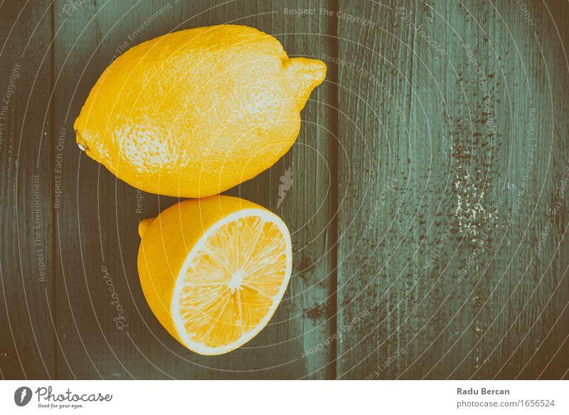 Frische gelbe Zitronen auf Holztisch Lebensmittel Frucht Ernährung Essen Bioprodukte Vegetarische Ernährung Diät Gesunde Ernährung Natur Fitness Fressen füttern