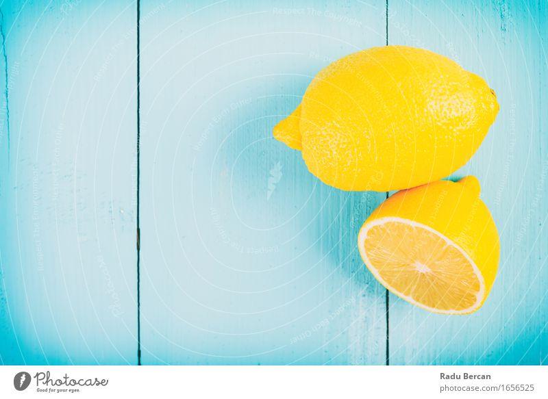 Frische gelbe Zitronen auf Holztisch Natur blau Farbe Gesunde Ernährung Essen Gesundheit Lebensmittel Gesundheitswesen Frucht einfach lecker Bioprodukte