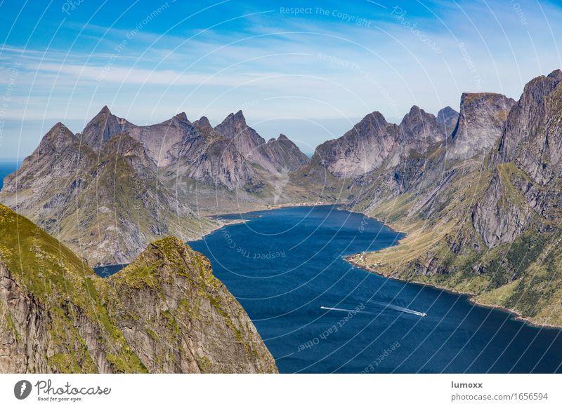Kirkefjord Natur Landschaft Wasser Sommer Felsen Berge u. Gebirge Gipfel Fjord Meer blau grau grün Lofoten Skandinavien Norwegen Wasserfahrzeug Bucht Polarkreis