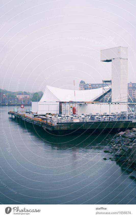 Auspuff Oslo Feste & Feiern Stuhl partyzelt Zelt Wasser Uferpromenade Norwegen Regen schlechtes Wetter Traurigkeit Gedeckte Farben Außenaufnahme
