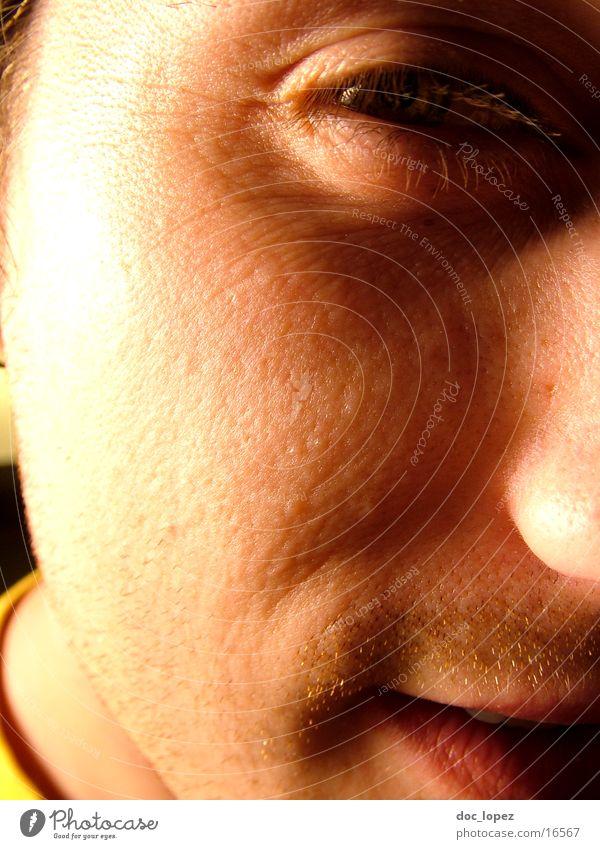 markoMann Porträt Nahaufnahme Verschmitzt Licht Freundlichkeit Pore Detailaufnahme Gesicht Nase Mund Auge Anschnitt Schatten Sonne Mond und Sterne mal rasieren?