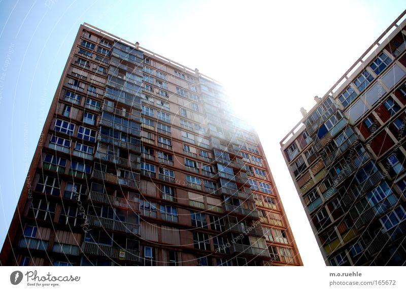 4oclockblocks Stadt Haus Fenster Wand Architektur Mauer Gebäude Beton Hochhaus Häusliches Leben Sehnsucht Balkon Platzangst Plattenbau frontal Klischee