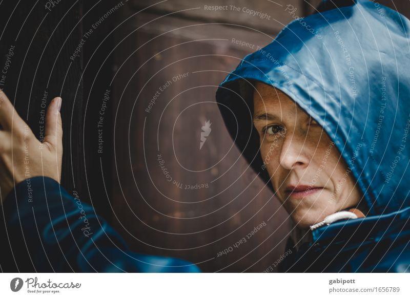 AST 9 | last rainmai Mensch feminin Junge Frau Jugendliche Erwachsene Leben 1 Sommer schlechtes Wetter Regen blau braun kalt unheimlich Regenmantel Tür Farbfoto