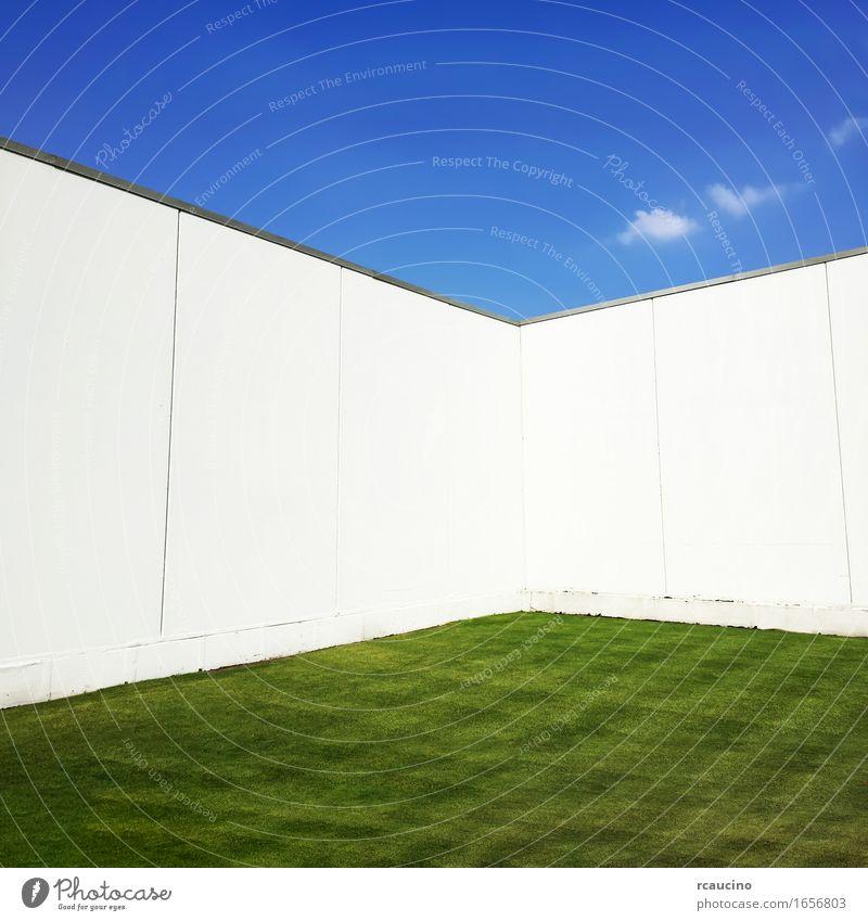 Grünes Gras umgeben durch eine weiße Wand, blauer Himmel an der Spitze. grün Einsamkeit Wiese Garten Platzangst Bauwerk Enttäuschung