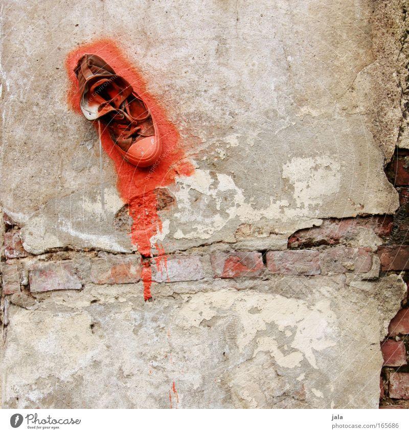 Schuhwand rot Farbe Wand Stein Mauer Gebäude Schuhe Graffiti Kunst Fassade einzigartig Turnschuh Putz