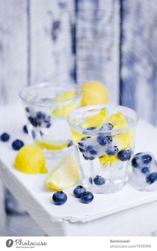Blaubeer-Spritz Lebensmittel Frucht Getränk Erfrischungsgetränk Trinkwasser Limonade Longdrink Cocktail Glas Gesundheit blau gelb weiß Zitrone Blaubeeren Wasser