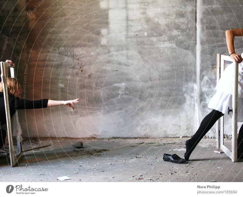 Ich krieg dich! Mensch Frau Jugendliche Hand weiß Freude schwarz Erwachsene feminin grau Beine lustig Fuß Freundschaft Schuhe Arme
