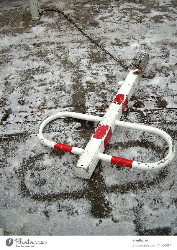 Flachgelegt weiß rot Winter braun Schilder & Markierungen Kette Pfosten gestreift Abdruck Holzpfahl Schneedecke angekettet
