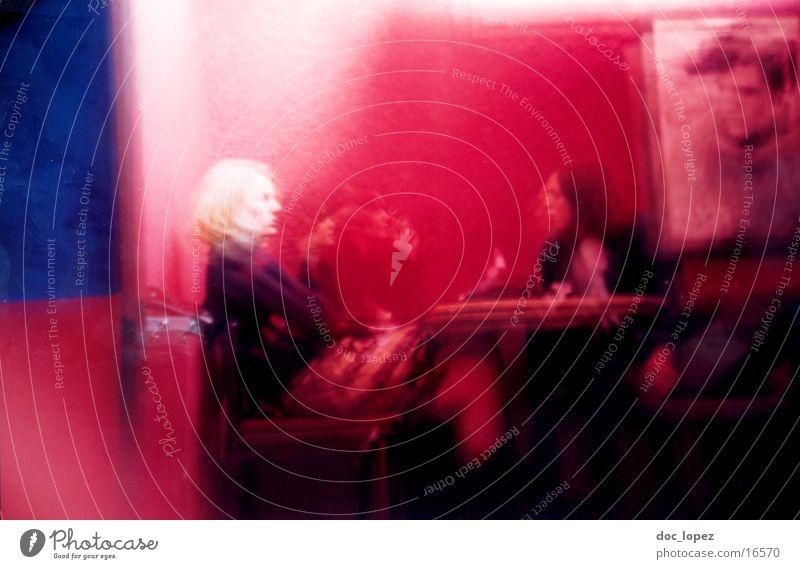 lomo_poetry_3 rot rosa Frau Rede Erholung Tisch Bar analog Menschengruppe lomo (ohne actionsampler) Bewegung Unschärfe Farbe blau der king elvis Foyer