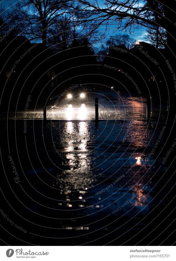 Left out in the rain Farbfoto Außenaufnahme Textfreiraum unten Abend Dämmerung Gewitterwolken Unwetter Regen Straßenverkehr Autofahren Straßenkreuzung Fahrzeug