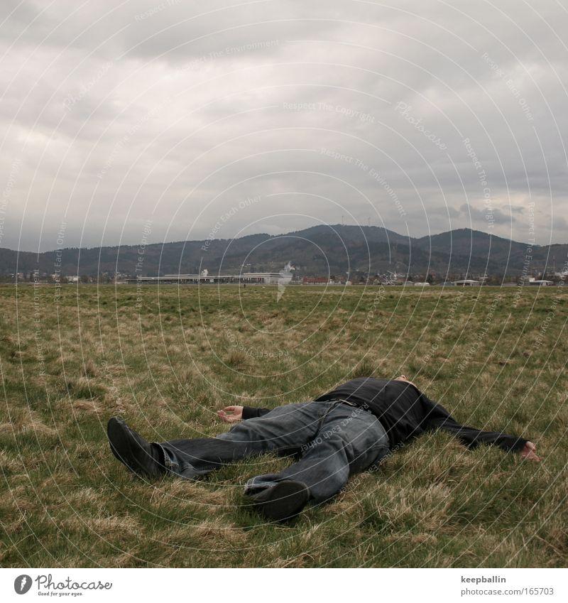 verlassen Mensch Mann Einsamkeit Erwachsene Tod Gras Traurigkeit maskulin liegen Trauer Ende 18-30 Jahre Schmerz schlechtes Wetter Enttäuschung schuldig