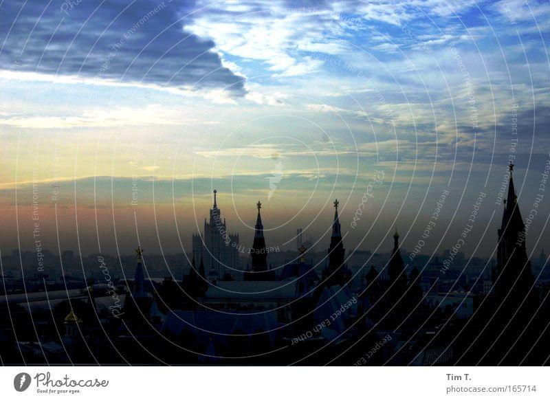 Moskauer Morgen Farbfoto Außenaufnahme Luftaufnahme Menschenleer Morgendämmerung Dämmerung Licht Schatten Kontrast Silhouette Lichterscheinung Sonnenlicht