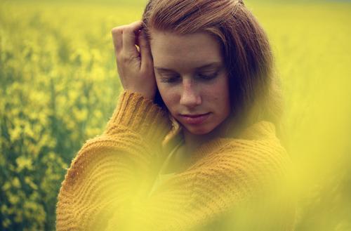 a dream in yellow Farbfoto mehrfarbig Außenaufnahme Tag Unschärfe Totale Porträt Oberkörper Vorderansicht Blick nach unten geschlossene Augen feminin Junge Frau