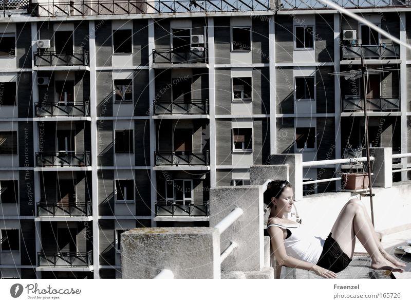 Stadtmensch Mensch Jugendliche schön ruhig Erwachsene Haus Erholung feminin Architektur Wärme Gebäude träumen Zufriedenheit liegen Hochhaus
