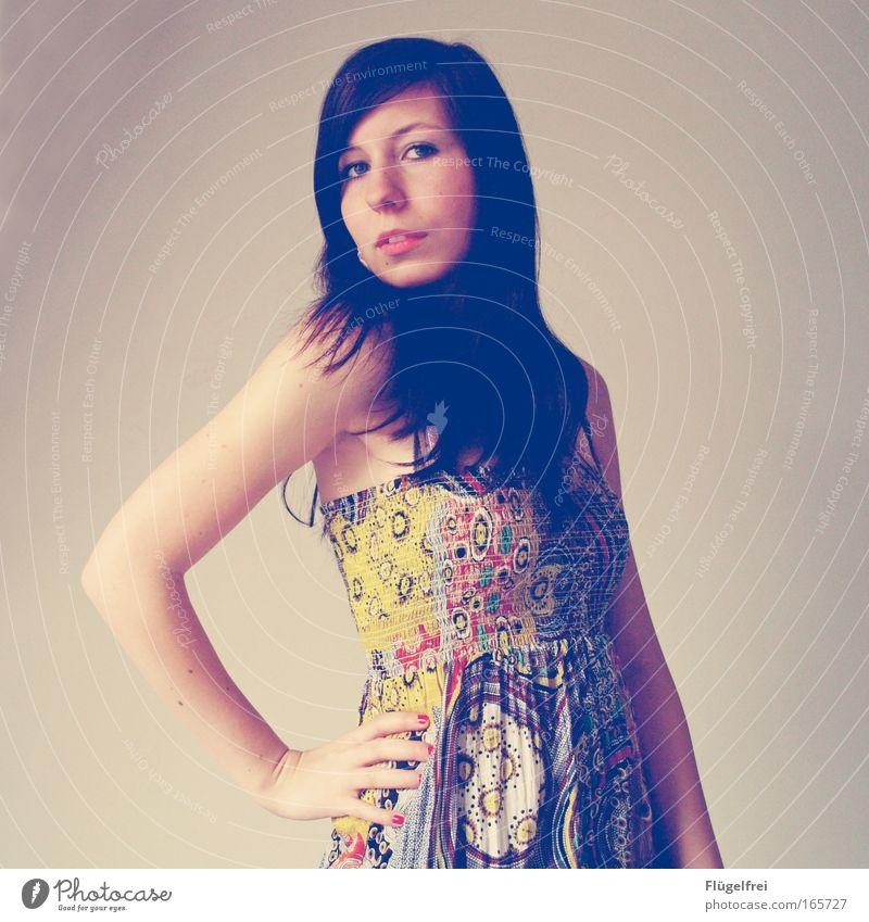 Selbstbewusst elegant Stil schön Haare & Frisuren Lippenstift feminin Junge Frau Jugendliche 1 Mensch 18-30 Jahre Erwachsene Kleid brünett langhaarig trendy