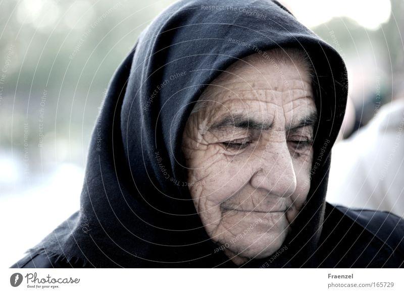 Zeitzeichnung Farbfoto Gedeckte Farben Außenaufnahme Tag Totale Porträt Blick nach unten Mensch Weiblicher Senior Frau Großmutter Leben Kopf 1 60 und älter