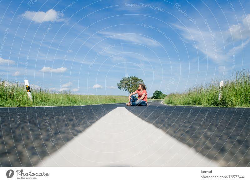 AST9 | Landstraßenblues Mensch Frau Himmel Natur Ferien & Urlaub & Reisen Sommer Landschaft Wolken Ferne Erwachsene Umwelt Straße Leben Wege & Pfade feminin