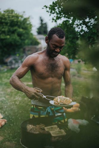 ° Fleisch Ernährung Freude Freizeit & Hobby Grillen Sommer Sommerurlaub Garten maskulin Mann Erwachsene Freundschaft Leben 1 Mensch 30-45 Jahre schwarzhaarig