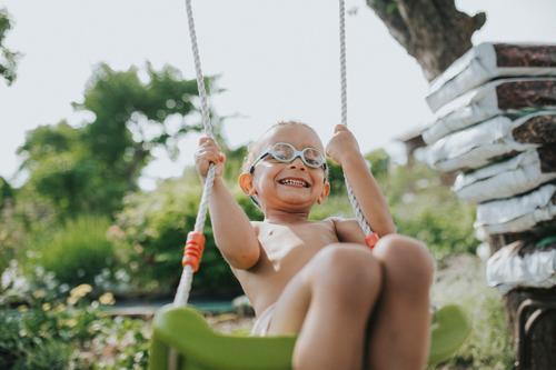 ° Leben Zufriedenheit Spielen Schaukel Freiheit Sommer Garten Mensch Kleinkind Junge Kindheit 1 1-3 Jahre Brille Bewegung lachen schaukeln leuchten toben frisch