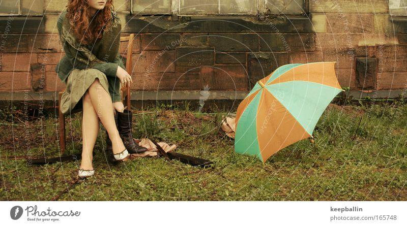 verträumt Frau Mensch Jugendliche Erwachsene feminin Leben Fenster Wand Gefühle Haare & Frisuren Mauer Denken träumen Schuhe sitzen