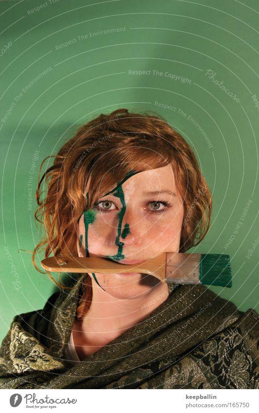 künstler Farbfoto Innenaufnahme Studioaufnahme Textfreiraum oben Kunstlicht Zentralperspektive Porträt Oberkörper Blick in die Kamera feminin Junge Frau