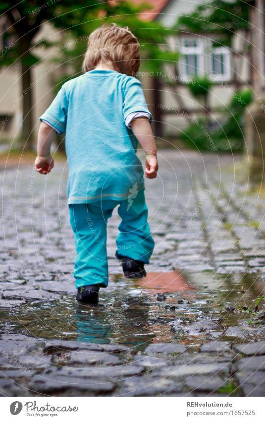 AST 9 | pitschipatsch2 Mensch maskulin Kind Kleinkind Junge 1 1-3 Jahre Kleinstadt entdecken laufen Spielen springen klein lustig nass blau Freude Glück