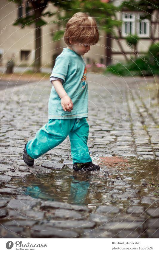 AST 9 | pitschipatsch Mensch maskulin Kind Kleinkind Junge 1 1-3 Jahre Wasser Kleinstadt Stadtzentrum Haus T-Shirt Hose laufen frei Fröhlichkeit Glück klein