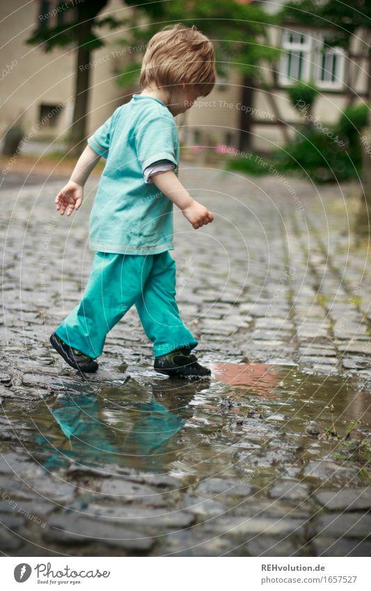 AST 9 | pitschipatsch Mensch maskulin Kind Kleinkind Junge 1 1-3 Jahre Wasser schlechtes Wetter Dorf Kleinstadt Stadtzentrum Altstadt Bewegung laufen Spielen