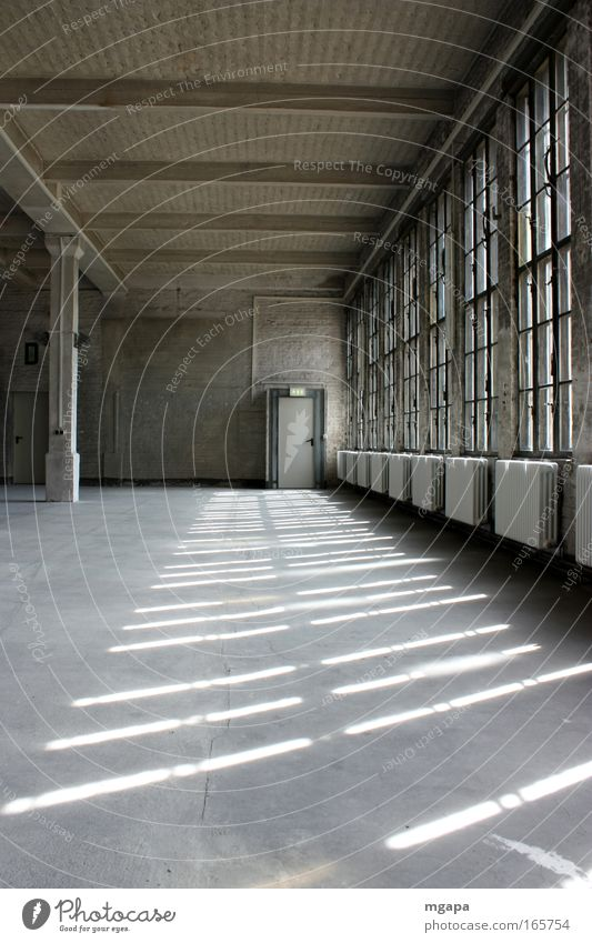 viel Platz alt Wand Fenster grau Stein Mauer Gebäude hell Metall dreckig Architektur Glas Tür Beton groß