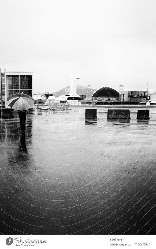 Regen Herbst schlechtes Wetter trist Oslo Regenschirm Platz trüb Traurigkeit Schwarzweißfoto Außenaufnahme Textfreiraum rechts Textfreiraum oben