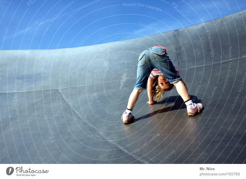 hals über kopf Mädchen Freude Spielen Kind Beine Metall Beine blond verrückt Gesäß Klettern Hinterteil Glätte beweglich Grimasse Turnen