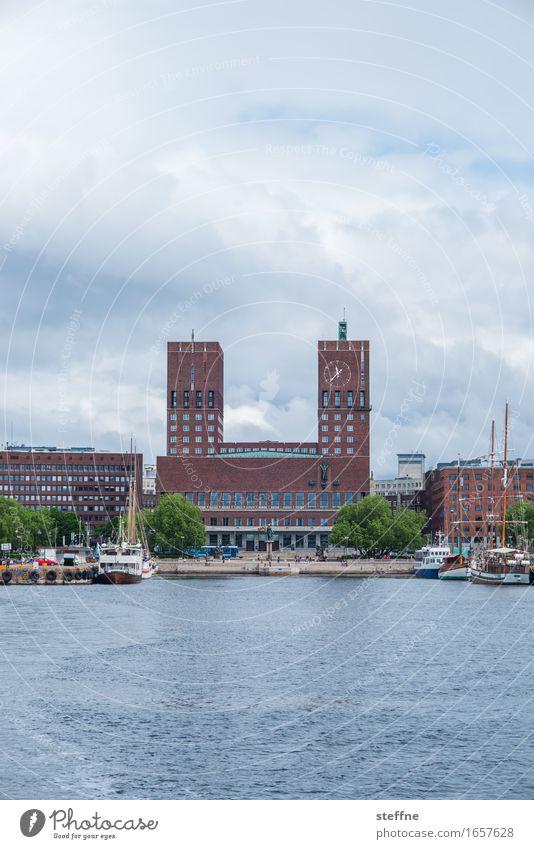 Peace Wasser Himmel Wolken Küste Haus Rathaus Frieden Oslo Norwegen Fjord Bootsfahrt Ankunft Hafen friedensnobelpreis Farbfoto Außenaufnahme Menschenleer