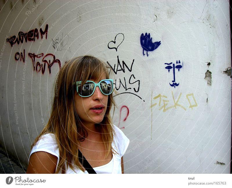 Hola Sirup ! Farbfoto Außenaufnahme Tag Schatten Reflexion & Spiegelung Zentralperspektive Oberkörper Vorderansicht Blick nach vorn Mensch feminin Junge Frau
