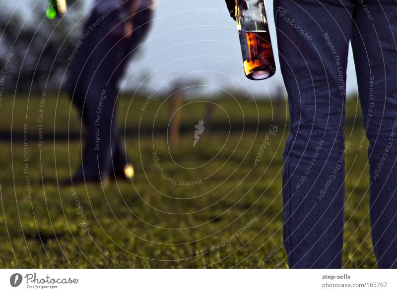 Hosenbeine 2.0 Farbfoto Außenaufnahme Abend Reflexion & Spiegelung Schwache Tiefenschärfe trinken Sekt Prosecco Flasche Lifestyle elegant Stil Alkohol Sommer