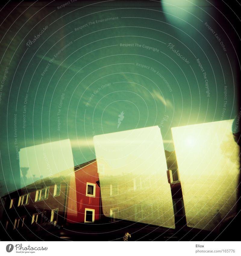 Sonnenfenster Himmel Ferien & Urlaub & Reisen Sommer Haus Straße Fenster Gefühle Freiheit Glück PKW Stimmung außergewöhnlich Eisenbahn Häusliches Leben
