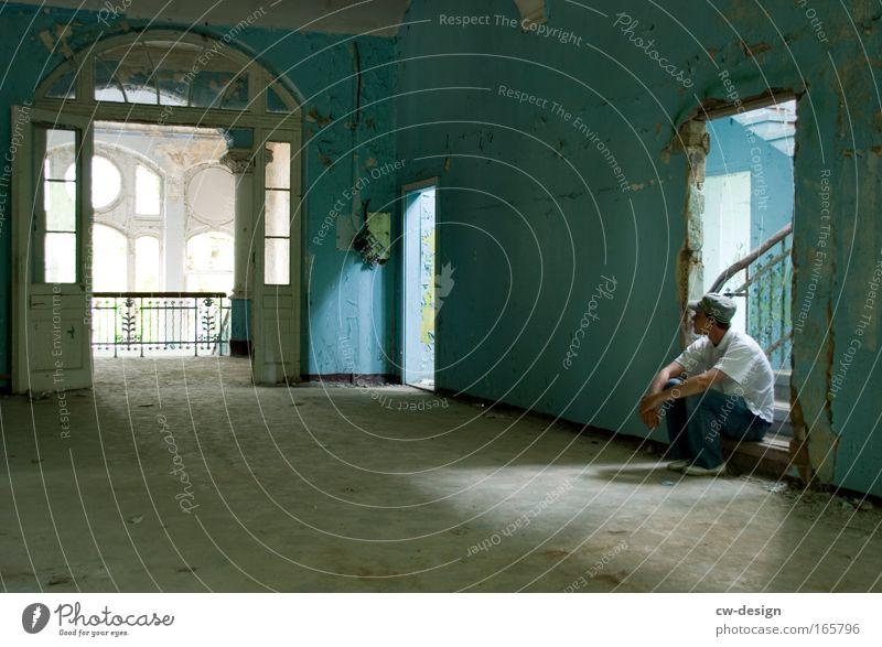 und 'nen Schatten werf ich keinen. Mensch Mann Jugendliche alt weiß Einsamkeit ruhig Erwachsene Junger Mann 18-30 Jahre hell Raum Wohnung maskulin Treppe sitzen