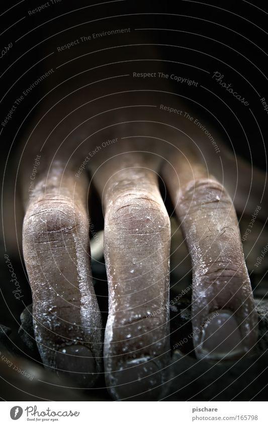 Eiskaltes Händchen Mensch Hand schwarz dunkel Berge u. Gebirge träumen Kraft Angst Felsen maskulin außergewöhnlich Abenteuer Finger verrückt bedrohlich Klettern