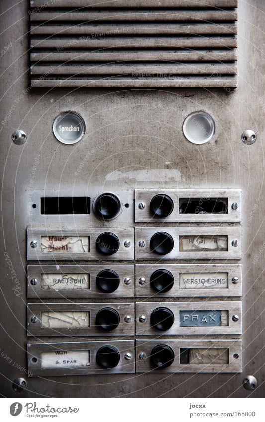 Sprechen! Lautsprecher Namensschild Klingel Metall Kunststoff Schriftzeichen Ziffern & Zahlen hören sprechen alt eckig hässlich kaputt trist Stadt grau schwarz