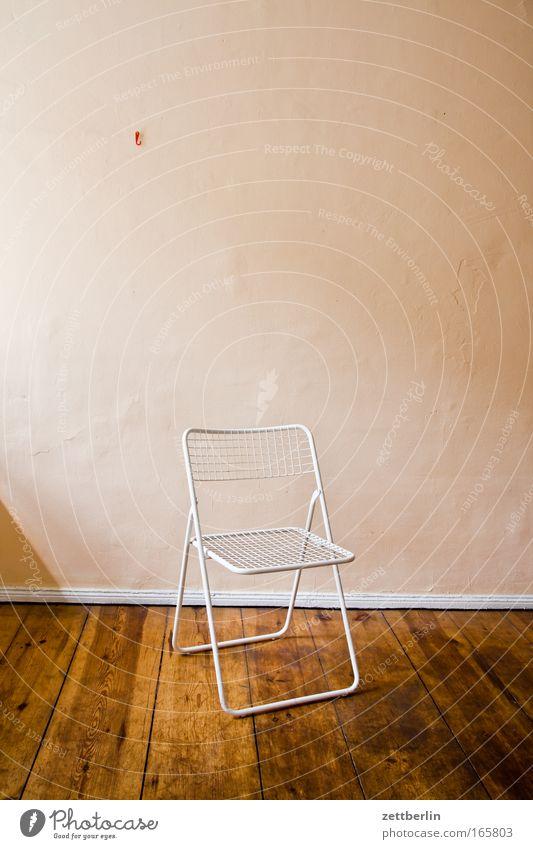 Klappstuhl Einsamkeit Erholung Wand Holz Raum Wohnung Platz Pause Stuhl Boden Bodenbelag Häusliches Leben Innenarchitektur Umzug (Wohnungswechsel) Möbel Flur