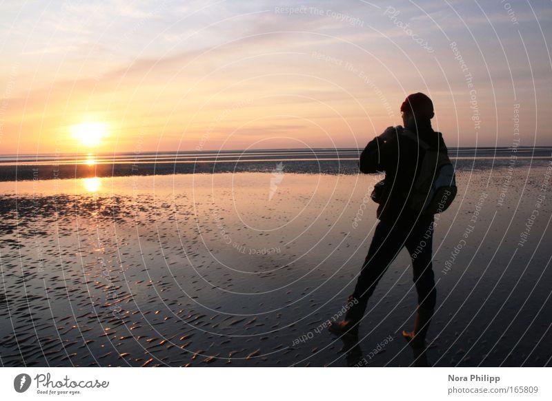 Am Horizont Mensch Himmel Mann blau Wasser Ferien & Urlaub & Reisen Sonne Meer Strand ruhig Erwachsene Landschaft gelb Freiheit Sand maskulin