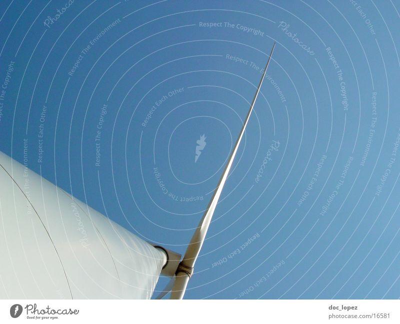 in_den_Himmel_flüchten_2 weiß Sonne blau Ferne Wind Perspektive Industrie Energiewirtschaft Elektrizität Sehnsucht Windkraftanlage drehen Flucht ökologisch