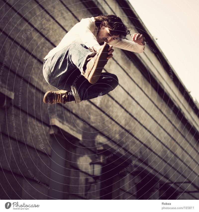 [MUC-09] Nild in the Air Mann Jugendliche springen gefährlich Coolness bedrohlich Beruf Skateboarding Mut Zigarette Freak Salto Trick Nervenkitzel Funsport