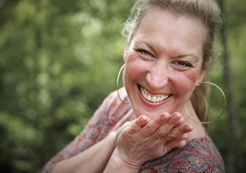 Yvonne feminin 1 Mensch Wald Kleid Ohrringe blond langhaarig beobachten Erholung lachen Blick Fröhlichkeit schön Freude Glück Zufriedenheit Lebensfreude