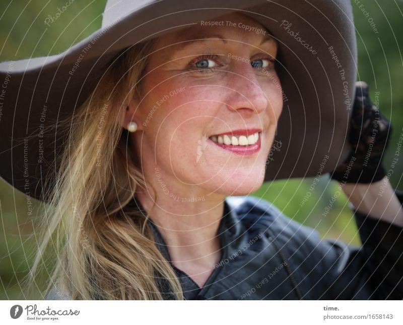 Yvonne feminin 1 Mensch Park Jacke Handschuhe Hut blond langhaarig beobachten lachen Blick positiv schön Zufriedenheit Lebensfreude selbstbewußt Optimismus