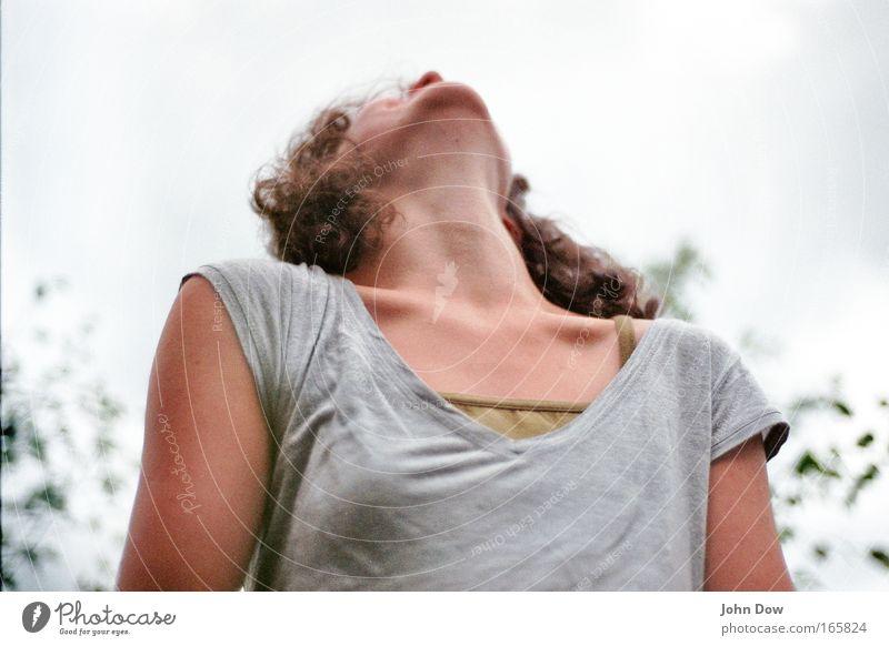 hoch schauen Mensch Frau Natur Jugendliche Freude Erwachsene Junge Frau Haare & Frisuren Kopf 18-30 Jahre Fröhlichkeit leuchten T-Shirt genießen Gelassenheit Locken