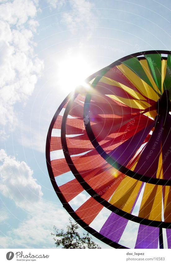 Windradsicht_1 Himmel Sonne Wolken hell Perspektive rund Spielzeug Dinge blenden Windrad Anschnitt Blendenfleck