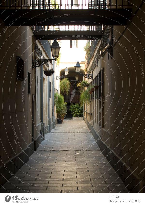 Eine Gasse in Barcelona alt Fassade Europa Laterne Spanien Barcelona Katalonien Altstadt Innenhof