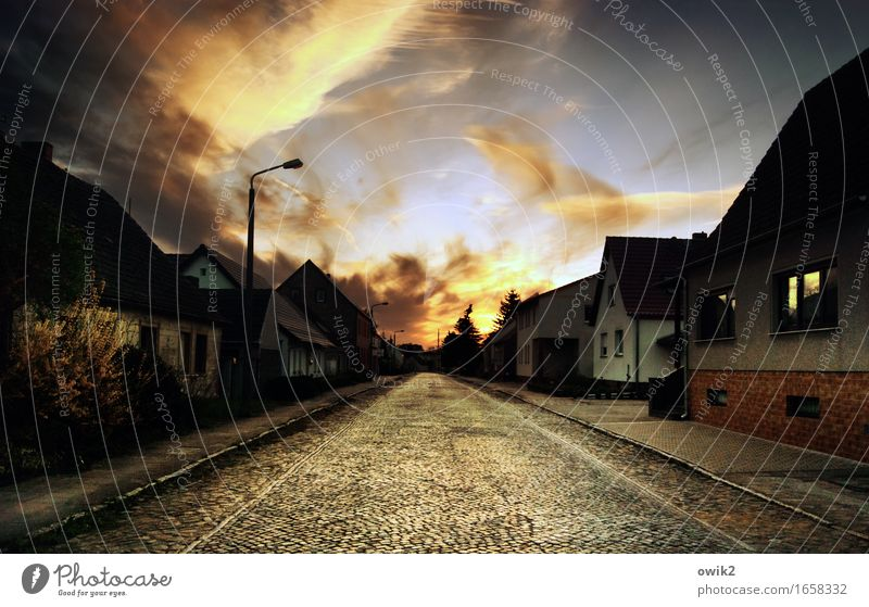 Altes Dorf Himmel Wolken Sträucher Haus Mauer Wand Fassade Fenster Verkehr Verkehrswege Straße Kopfsteinpflaster Straßenbelag Straßenbeleuchtung Bürgersteig